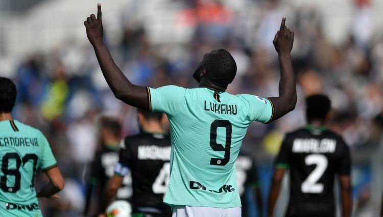 """Lukaku un Martiness nokārto """"Inter"""" uzvaru, """"Milan"""" pašās beigās nenotur vadību"""
