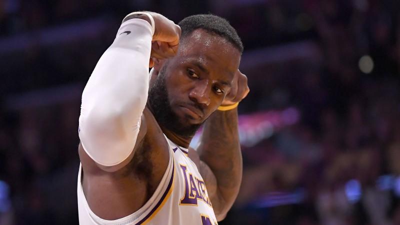 """Deiviss puslaikā iemet 25 punktus, Lebronam 20+12+6 """"Lakers"""" uzvarā"""
