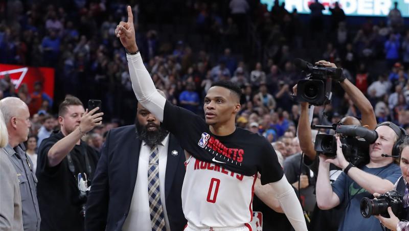 """Vestbruks Oklahomsitijā atgriežas ar 34 punktiem, bet """"Rockets"""" piedzīvo sakāvi"""