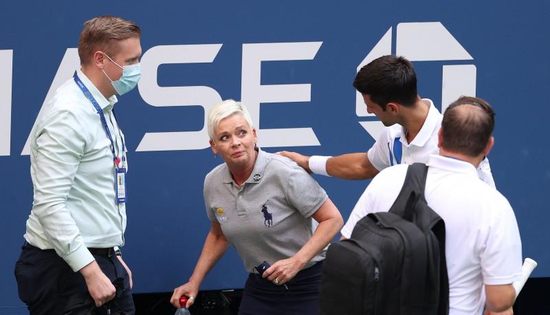 """Džokovičs par bumbiņas trāpīšanu līnijtiesnesei diskvalificēts no """"US Open"""""""