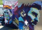 Grafiti sadursmē Ronaldu izaicina Mesi