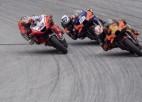 """""""MotoGP finiša drāmā"""" Oliveira pēdējā līkumā no 3. vietas pakāpjas uz pirmo"""