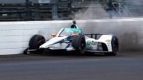 """Alonso pēc avārijas """"Indy 500"""" treniņā ieslīd boksu celiņā"""