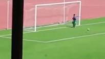 Futbola spēles laikā Alžīrijā bumbu padevējs izsit bumbu no tukšiem vārtiem