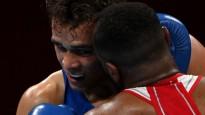 Marokas bokseris kā Taisons cenšas iekost pretiniekam ausī Tokijas OS