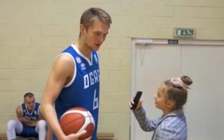 """Video: Mazās žurnālistes jautājumi liek sarkt """"Ogres"""" basketbolistiem"""