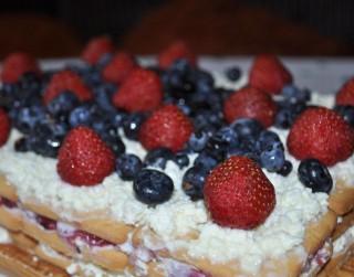 Ātrā cepumu kūka ar ogām