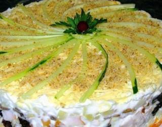 Sāļā kūpinātas vistas kūka ar plūmēm un šampinjoniem