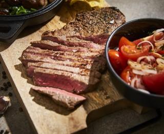 Spēcinošā liellopa gaļa – piparotais rumpsteiks ar tomātiem