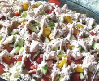 Dārzeņu un žāvētas vistas salāti