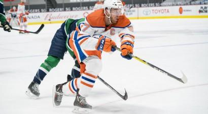 """Draizaitlam trīs piespēles, Makdeivids iemet vairākumā, """"Oilers"""" uzvaru sērija turpinās"""