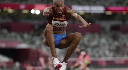 Rohasa pēdējā mēģinājumā labo 26 gadus veco trīssoļlēkšanas pasaules rekordu