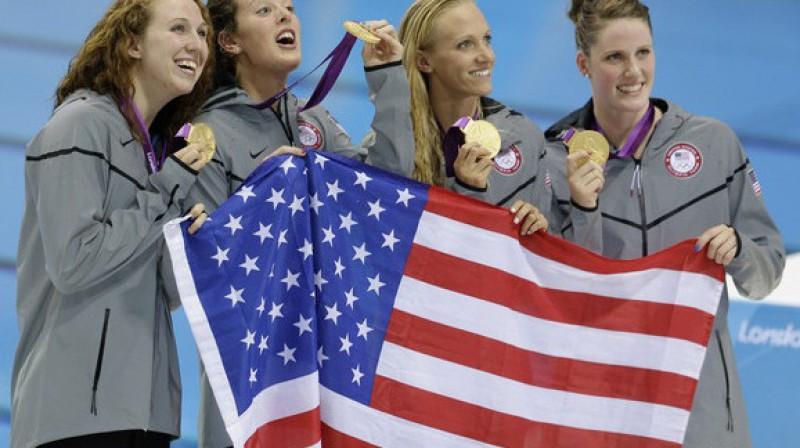 Amerikāņu peldētājas Misija Frenklina, Dana Volmera, Elisone Šmita un Šenona Rīlenda pēc uzvaras 4x200m brīvā stila stafetē Foto: AP/Scanpix
