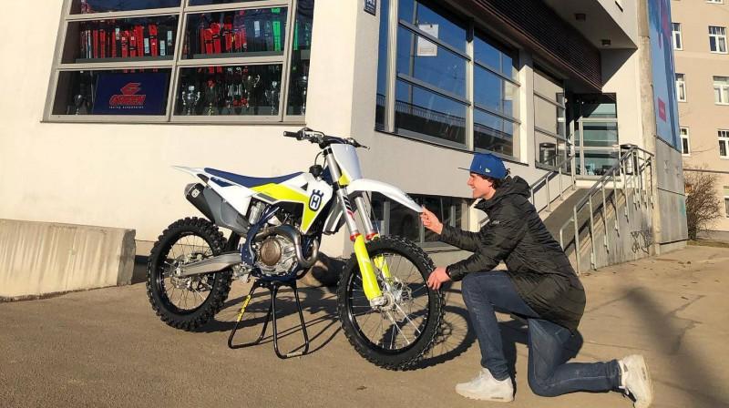 Matīss Karro pie sava ''Husqvarna FC 450'' motocikla