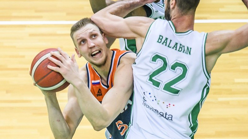 Mareks Mejeris ar bumbu. Foto: FIBA