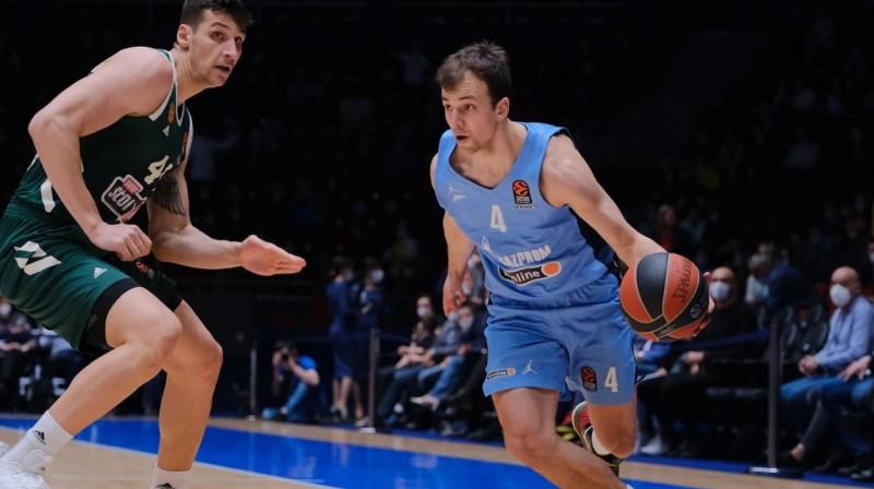 """Sanktpēterburgas """"Zenit"""" basketbolists Kevins Pangoss ar bumbu. Foto: euroleague.net"""