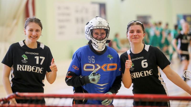 """Kocēnu """"Rubenes"""" spēlētājas Lāsma Ēvele (#17), Sintija Bāliņa (#96) un Samanta Bērziņa (#6). Foto: Ritvars Raits, floorball.lv"""