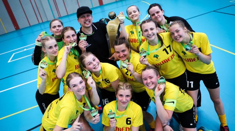 "Kocēnu ""Rubene"" kopā ar savu galveno treneri Mārtiņu Larinovu. Foto: Ritvars Raits, floorball.lv"