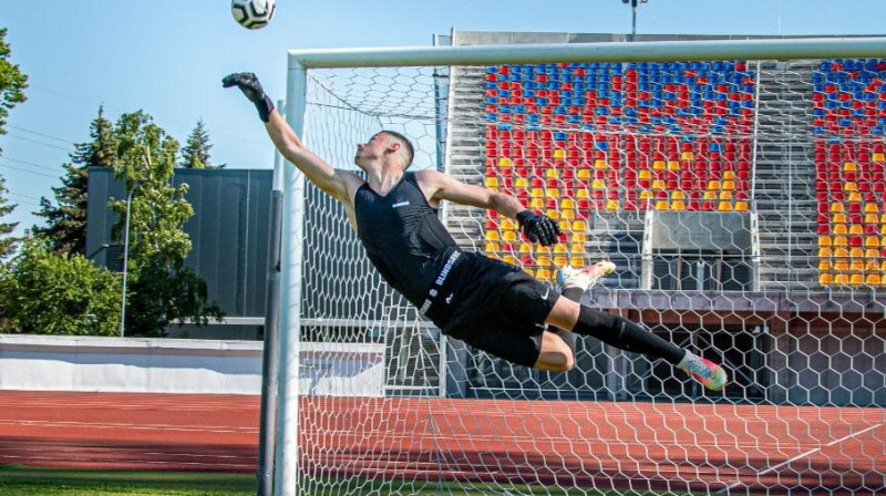 """Latvijas izlases futbolists Dāvis Ošs izmēģina """"BLINDSAVE"""" ražoto aizsargekipējumu vārtsargiem. Publicitātes foto"""