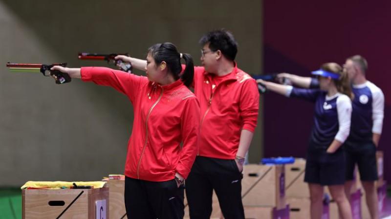 Ķīnas šāvēji pret Krievijas Olimpiskās komitejas komandu. Foto: Reuters/Scanpix