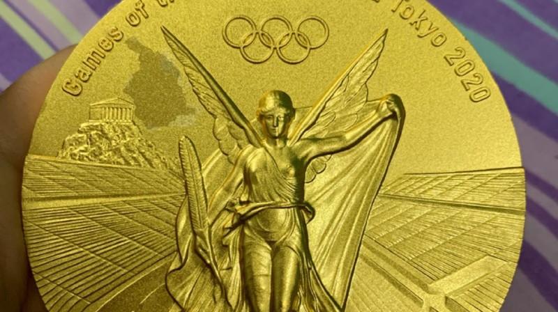 Sjuejinas zelta medaļa ar pleķi. Foto: Weibo / globaltimes.cn