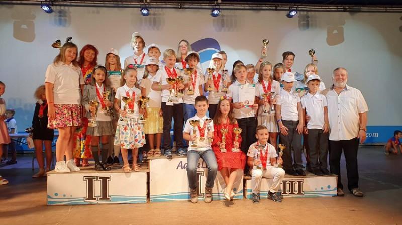 Daudzas medaļas pasaules čempionātā izcīnījusī Latvijas komanda. Foto: Latvijas dambretes federācija.