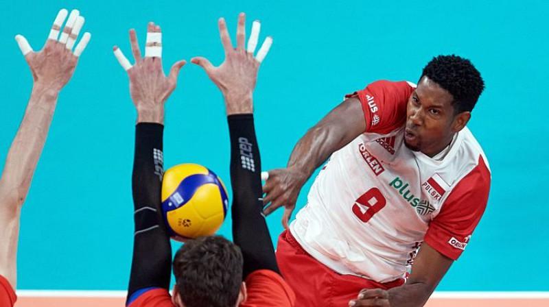 Polijas izlases kubietis Vilfredo Leons pret krievu bloku. Foto: EPA/Scanpix