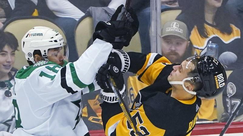 Teodors Bļugers (pa labi) cīņā ar pretinieku. Foto: AP/Scanpix