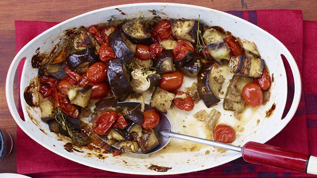Cepeškrāsnī cepts baklažāns ar tomātiem un zaļumiem