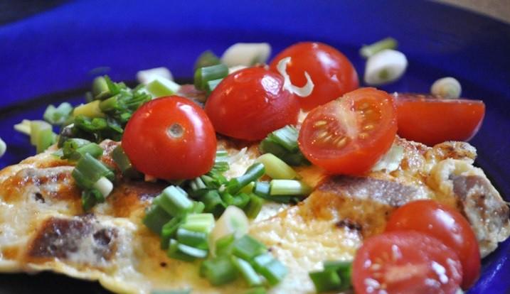 Omlete ar tunci un ķiršu tomātiņiem