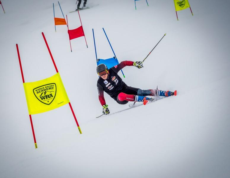 Miks Zvejnieks sezonu noslēdz ar pjedestālu milzu slalomā