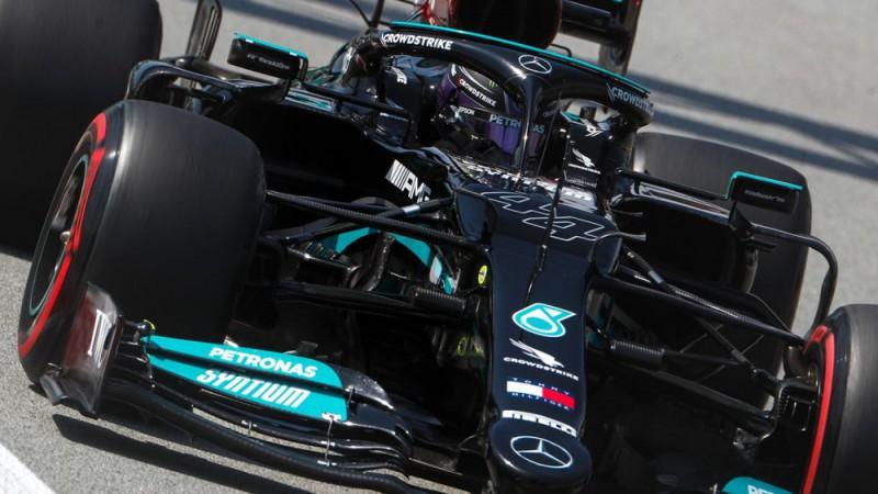 Hamiltons pārspēj Botasu, Verstapenam otrais treniņš neveiksmīgs