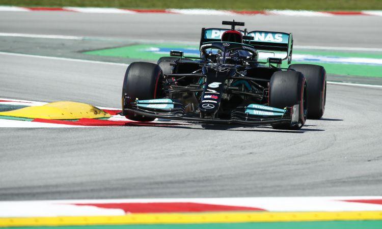 Hamiltons raksta vēsturi un Spānijas GP izcīna savu 100. pole position