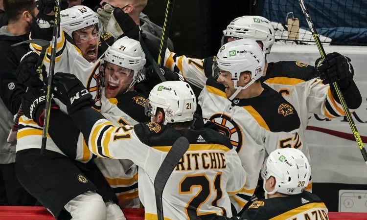 ''Bruins'' pagarinājumā izlīdzina sēriju, Karolīna un Kolorādo svin pirmās uzvaras