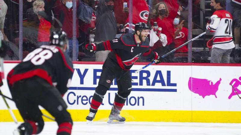 """""""Hurricanes"""" un """"Maple Leafs"""" nokļūst soli no nākamās kārtas"""