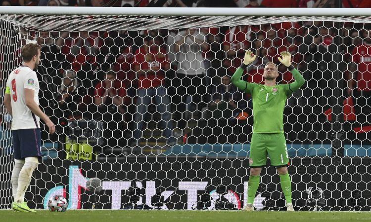UEFA soda Angliju par kāda līdzjutēja lāzera staru spīdināšanu Šmeihelam