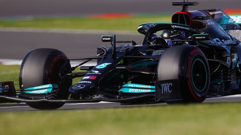 Hamiltons kļūdās, bet pārspēj Verstapenu kvalifikācijā Silverstounā