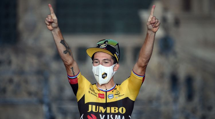 """Slovēņu riteņbraucējs Rogličs kļūst par trīskārtēju """"Vuelta a Espana"""" čempionu"""